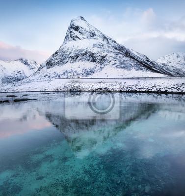 Szczyt górski i odbicie w jeziorze. Naturalny krajobraz w Norwegii