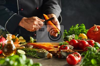 Naklejka Szef kuchni kroi świeże marchewki na sałatkę