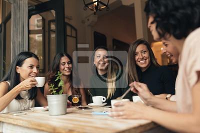 Naklejka Sześć pięknych kobiet picia kawy i rozmowy.