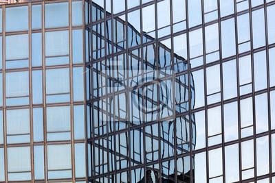 Szklana fasada z odbicia