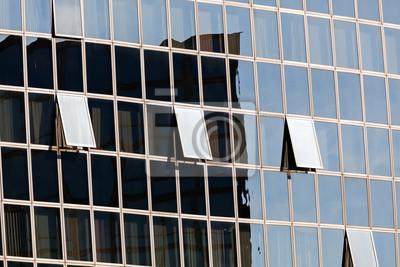 szklana fasada z otwartych okien