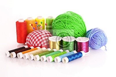 Naklejka Szpulki Kolorowe nici, wełniane kulki i poduszka na szpilki i