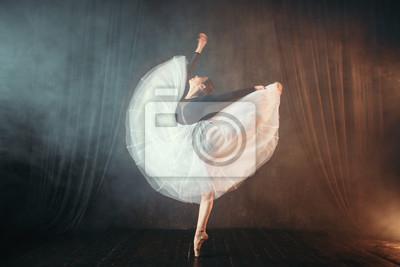 Naklejka Tancerz baletowy w ruchu na scenie w teatrze