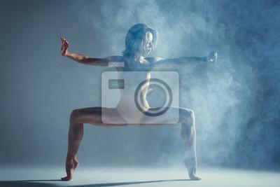 Naklejka Taniec w chmurze koncepcji. Mięśni brunetki piękna żeńska dziewczyna dorosła kobieta tancerz atleta w mgła dymu dymu jest ubranym body robi emocjonalnemu elementowi tańca występowi na odosobnionym sza