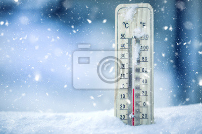Naklejka Termometr na śniegu pokazuje niskie temperatury - zero. Niska temperatura w stopniach Celsjusza i Fahrenheita. Zimna zima pogoda - zero celsjusza trzydzieści dwa farenheit.