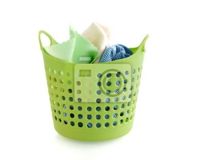 tkaniny w zielonym plastikowym koszu na białym tle
