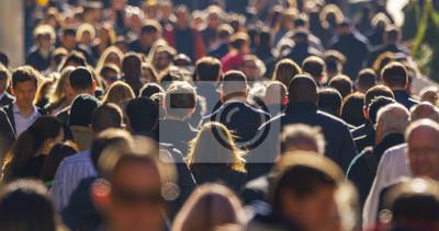 Naklejka Tłum ludzi idących ulicą