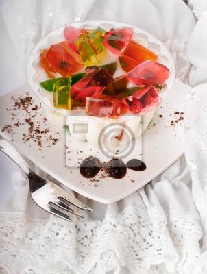 Tort z kawałkami owoców galaretki