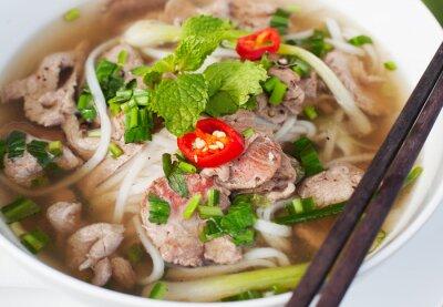 Naklejka Tradycyjne wietnamski pho zupa wołowina na drewnianym tle