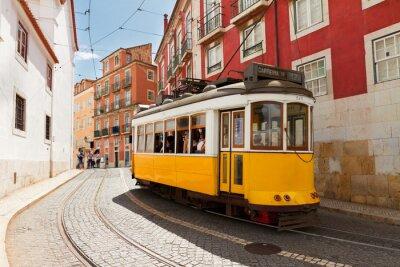 Naklejka Tramwaj na wąskiej ulicy Alfama, Lizbona