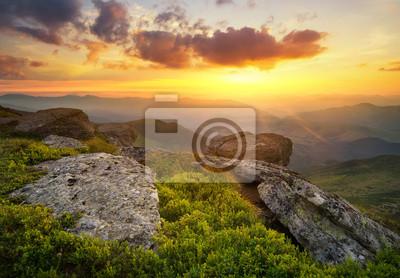 Naklejka Trawa na wzgórzu górskich podczas zachodu słońca