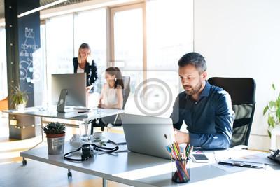 Naklejka Trzech ludzi biznesu w biurze pracy razem.