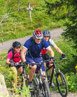 Naklejka Trzech rowerzystów w ciężkim podjeździe