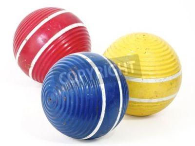 Trzy kule krokiet, niebieski, czerwony i żółty.