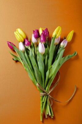 Naklejka tulipany kwiaty na pomarańczowym powierzchni