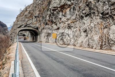 Tunel na drodze w kanionie