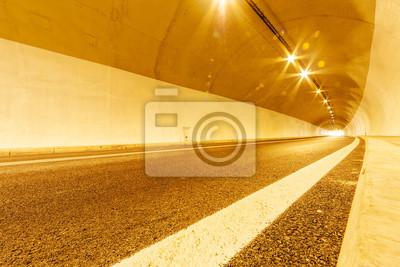Tunel z oświetleniem