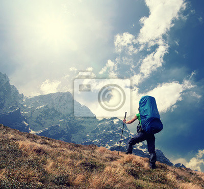 Turystyczny w wysokich górach. Aktywny koncepcja życia
