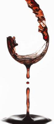 Twórcze zdjęcie wykonane z wielu ekspozycji wina wlewa się do szklanki