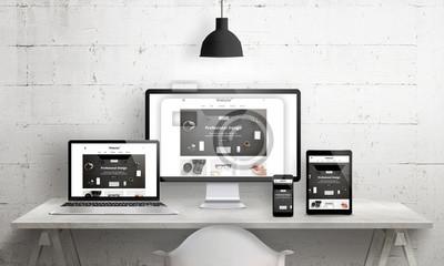 Naklejka Twory Creative deks na promocję agencji projektujących strony internetowe. Nowoczesna, czytelna i szybka promocja witryn internetowych na różnych urządzeniach. Projektant biurko biurko widok z przodu.