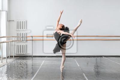 Naklejka Umiejętność balet tancerz pokazuje rozciąganie w klasie