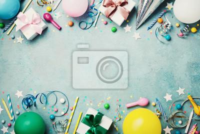 Naklejka Urodziny strona transparentu lub tła z kolorowym dymek, prezent, karnawałowe WPR, konfetti, cukierek i streamer. Styl płaski. Skopiuj miejsce na tekst powitania.