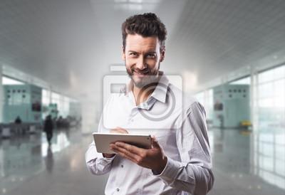 Uśmiecha się pewność człowieka z tabletu