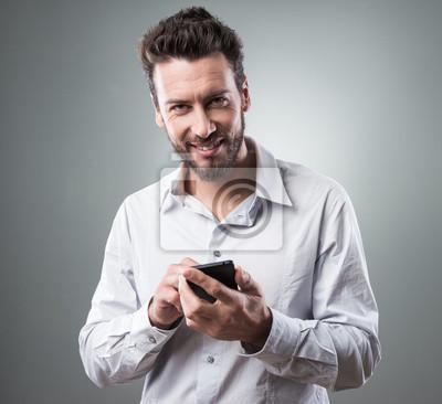 Uśmiechnięta biznesmen z smartphone