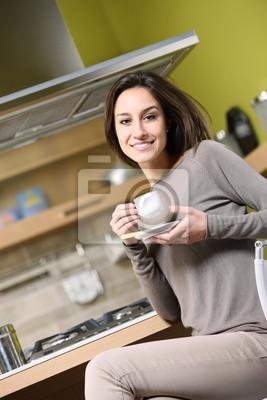 uśmiechnięta kobieta o śniadanie w domu