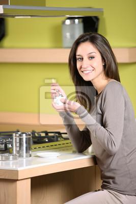 uśmiechnięta kobieta posiadające śniadanie w domu