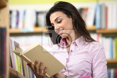 uśmiechnięta studentka czytanie książki w księgarni