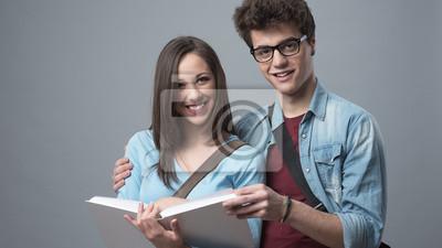 Uśmiechnięta studentów studiujących razem
