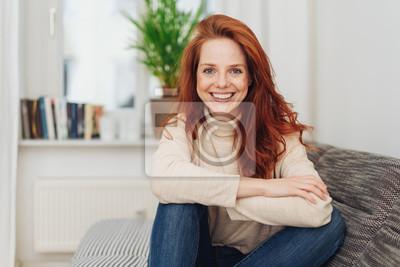 Naklejka Uśmiechnięta szczęśliwa młoda kobieta z żywym uśmiechem