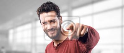 Uśmiechnięty mężczyzna wskazując na aparat fotograficzny