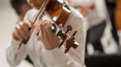 Utalentowana skrzypaczka gra z orkiestrą