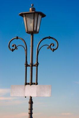 Naklejka Vintage post Lampa z pustym informacyjna / Stare zabytkowe lampy post z pustym pokładzie i pajęczynami znak na jasnego nieba