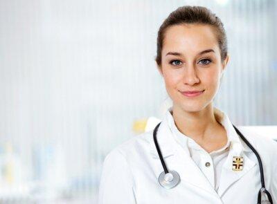 w aptece: Portret uśmiecha się młoda kobieta farmaceutę
