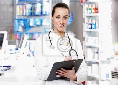 W aptece. Uśmiechnięta młoda kobieta ubrana stethosco farmaceuta