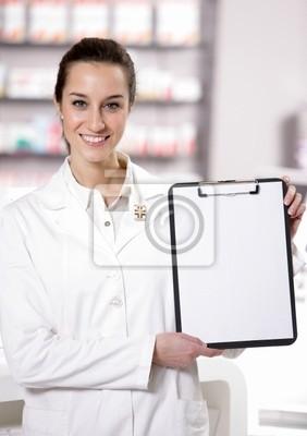 W aptece. Zdjęcie atrakcyjne młoda kobieta z farmaceutą