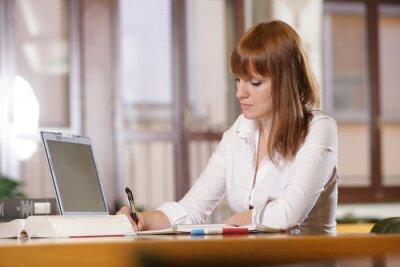 w bibliotece, młoda studentka z laptopem i książkami worki