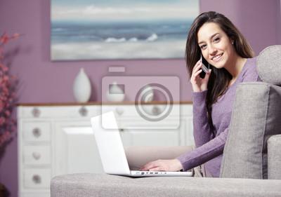 Naklejka w domu, kobieta rozmawia przez telefon