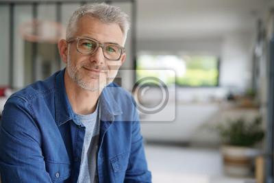 Naklejka W średnim wieku facet z okularami i niebieską koszulę