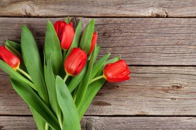 Naklejka Walentynki czerwone tulipany na drewnie