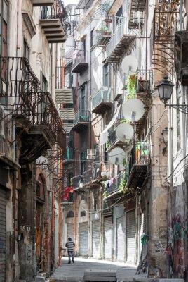 Naklejka Wąska uliczka ze starymi domami w centrum Palermo (powiat Kalsa)