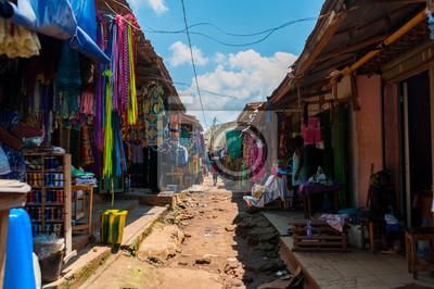 Naklejka widok kolorowy otwarty targ uliczny w doula cameroun w słoneczny dzień z tradycyjnymi ubraniami