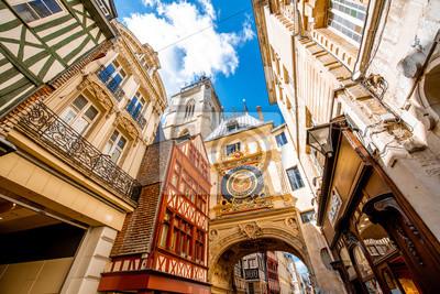 Naklejka Widok ulicy ze słynnym wielkim zegarem astronomicznym w Rouen, stolicy regionu Normandii we Francji