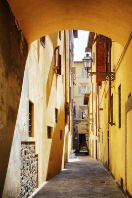 Naklejka Widok wąskiej średniowiecznej ulicy w zabytkowym centrum Florencji