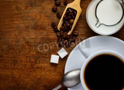 Naklejka Widok z góry drewniane blatu z filiżanka do kawy, ziaren kawy, cukru i mleka z kopiowaniem miejsca