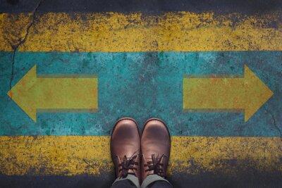Naklejka Widok z góry, Mężczyzna z obuwia skórzanego, Strzałka Znak grunge dirty betonowej podłogi tła, podejmowanie decyzji na skrzyżowaniu