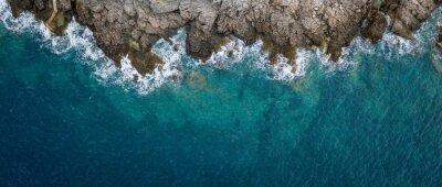 Naklejka Widok z lotu ptaka na fale morskie i fantastyczne wybrzeże skaliste, Czarnogóra